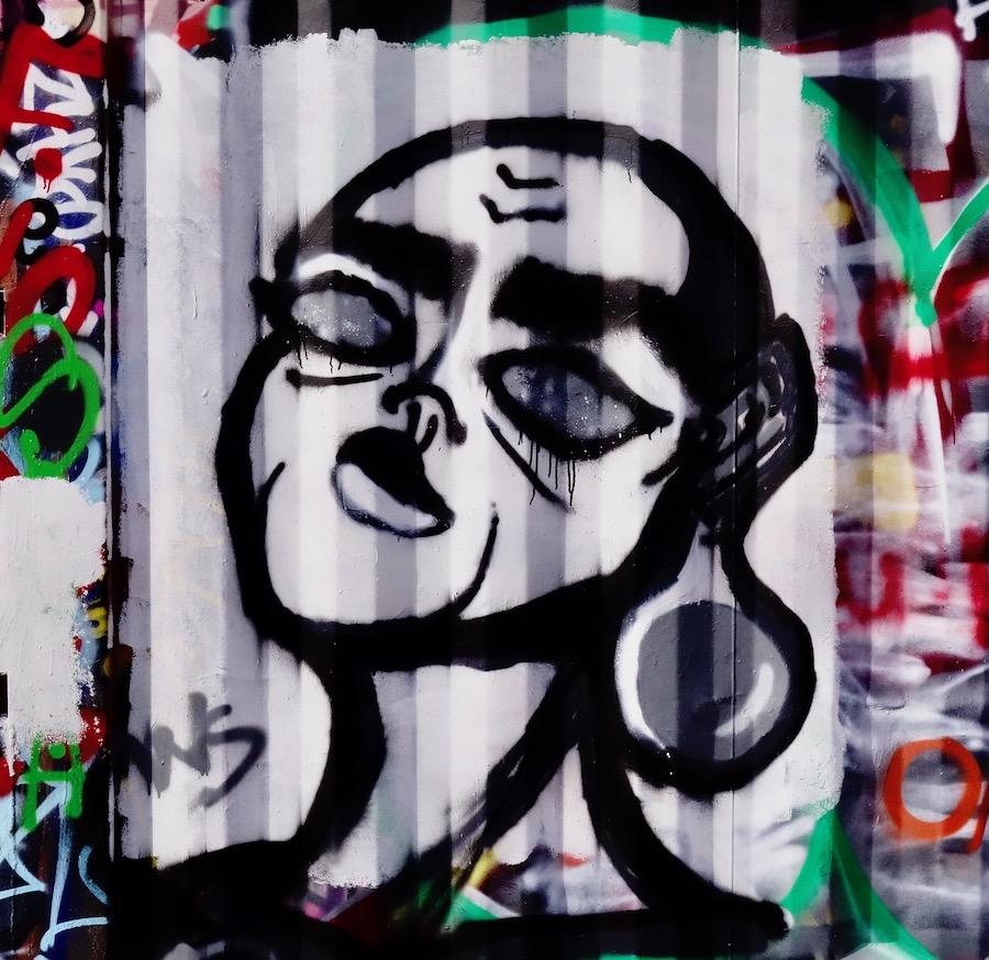straatkunst-v-oorbel - 1